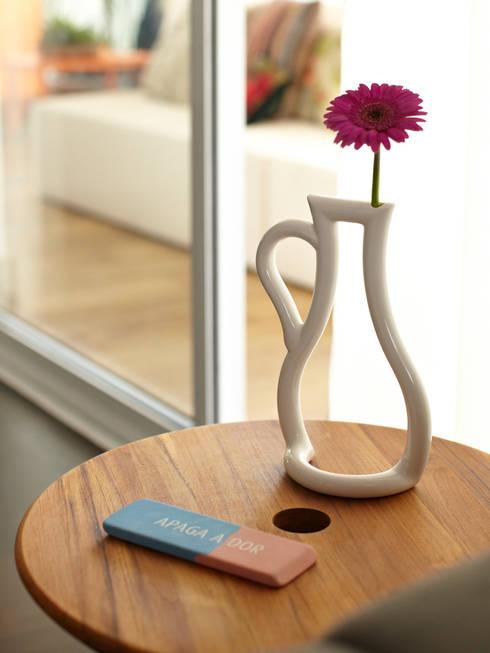 Apartamento em Perdizes: Sala de estar  por Lovisaro Arquitetura e Design