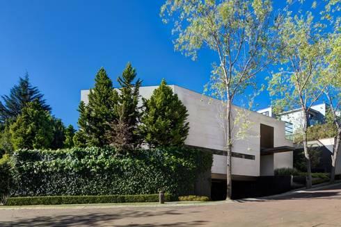 Casa Dalias: Casas de estilo minimalista por grupoarquitectura