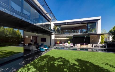 Casa Dalias: Jardines de estilo minimalista por grupoarquitectura