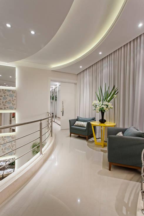 Casa Limeira: Corredores e halls de entrada  por Arquiteto Aquiles Nícolas Kílaris