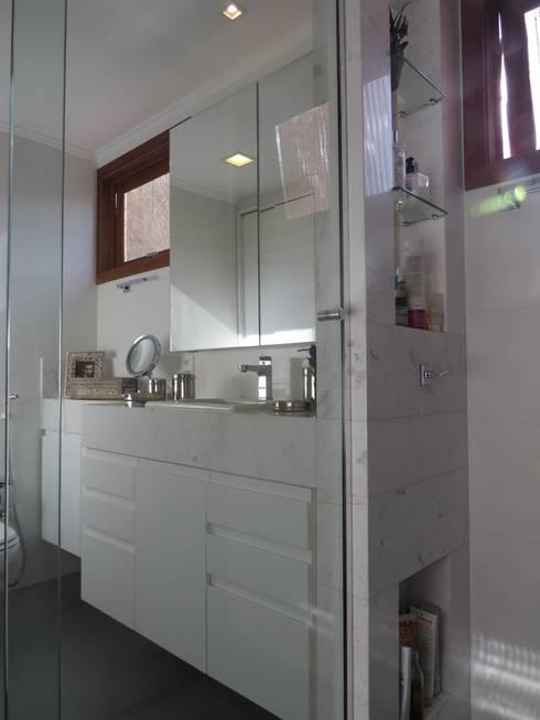 Banho suite: Banheiros minimalistas por Paula Oliveira Szabo Arquitetura