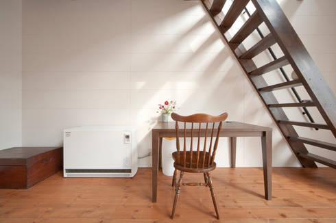 建築家の元自邸をリノベーションでさらに快適な空間に!: 株式会社リボーンキューブが手掛けた書斎です。