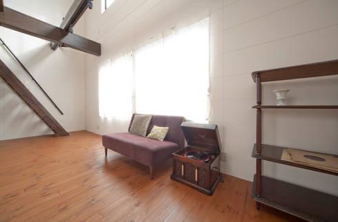 建築家の元自邸をリノベーションでさらに快適な空間に!: 株式会社リボーンキューブが手掛けたリビングです。