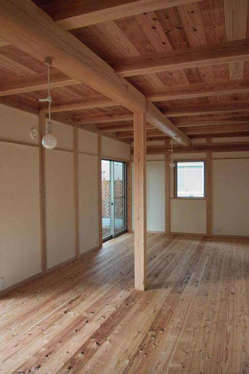 寝室1: 「有」ひなたの場所 建築設計事務所が手掛けた寝室です。