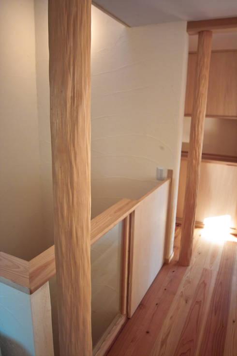 階段の床柱: 「有」ひなたの場所 建築設計事務所が手掛けた廊下 & 玄関です。