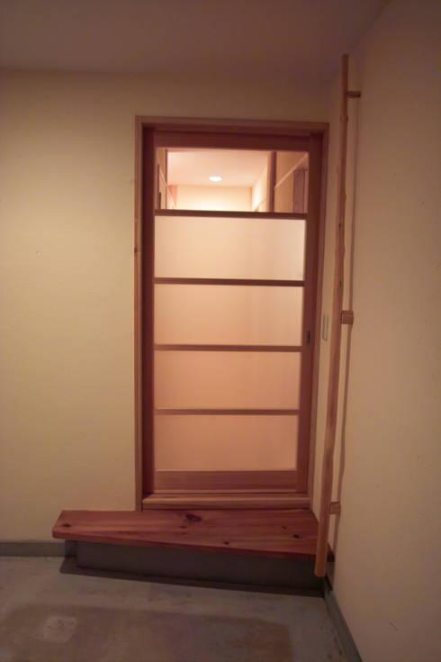 玄関1: 「有」ひなたの場所 建築設計事務所が手掛けた窓です。