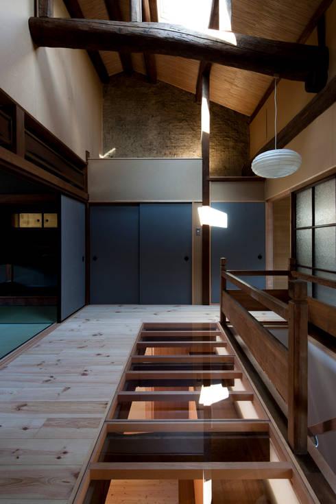 階段ホール: アトリエ・ブリコラージュ一級建築士事務所が手掛けた廊下 & 玄関です。