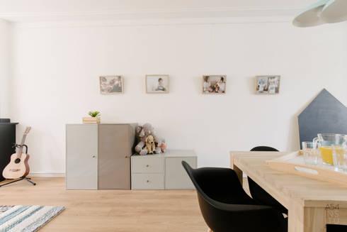 PROYECTO DE INTERIORISMO EN LA HAYA, HOLANDA: Salones de estilo escandinavo de A54Insitu