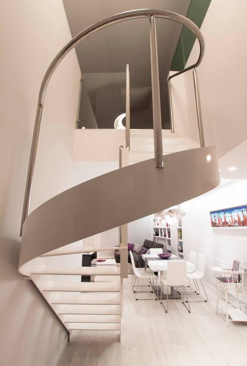 Interiorismo, C/ Maestro rodrigo. Valencia: Pasillos y vestíbulos de estilo  de Estatiba construcción