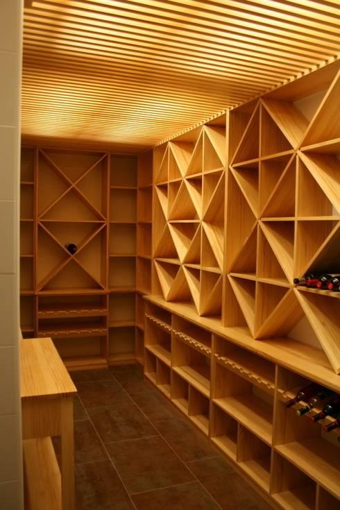 Estanterías para cava de vinos: Bodegas de estilo  de Adrados taller de ebanistería