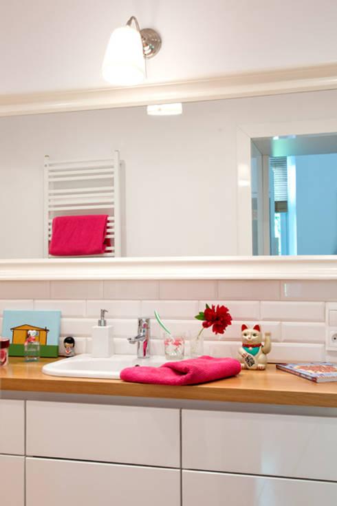 Banheiros modernos por dziurdziaprojekt