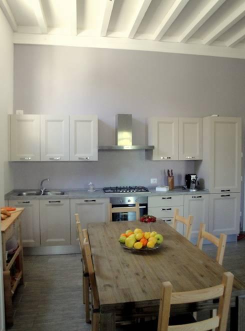ristrutturazione casa m.g.: Sala da pranzo in stile  di Laura Mattiuzzo Architetto