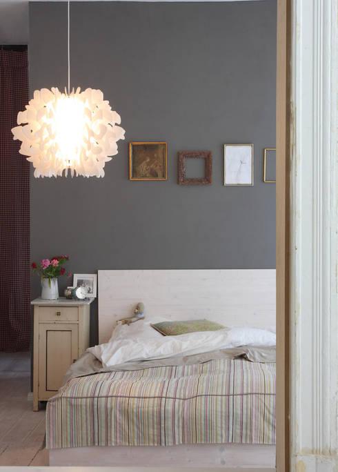 Him & Her Lampenkollektion - Schlafzimmer:  Schlafzimmer von homify