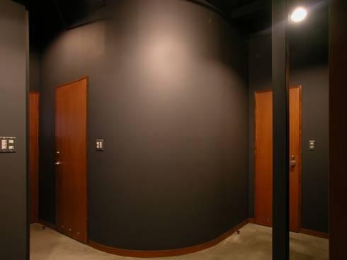スタジオロビー: 株式会社エキップが手掛けた廊下 & 玄関です。