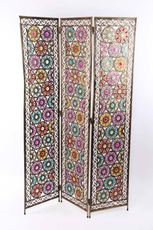 Biombo de metal con decoración colorista.: Dormitorios de estilo asiático de Goyart.com
