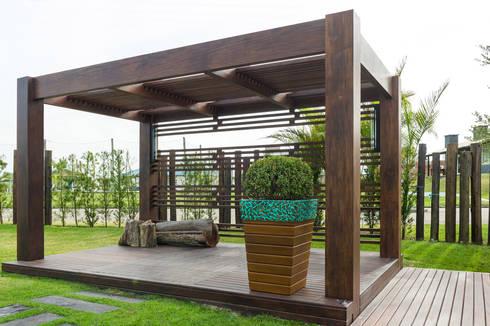 Jardim Casa Condomínio: Jardins modernos por Plena Madeiras Nobres