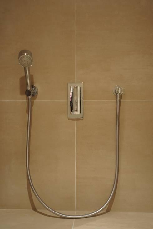 PARIS 8 65m²: Salle de bains de style  par blackStones