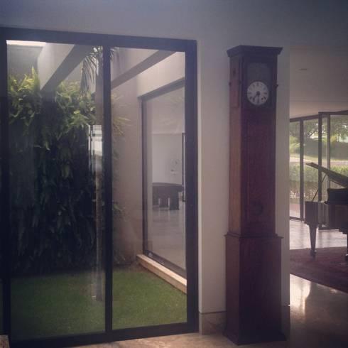Casa Divinópolis: Jardins modernos por Cassio Gontijo Arquitetura e Decoração