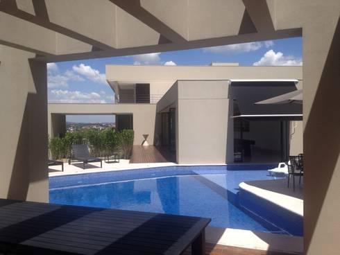 Casa Divinópolis: Piscinas modernas por Cassio Gontijo Arquitetura e Decoração