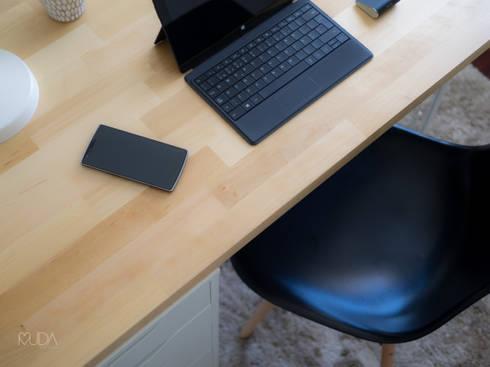 Escritório Preto no Branco - Depois: Espaços de trabalho  por MUDA Home Design