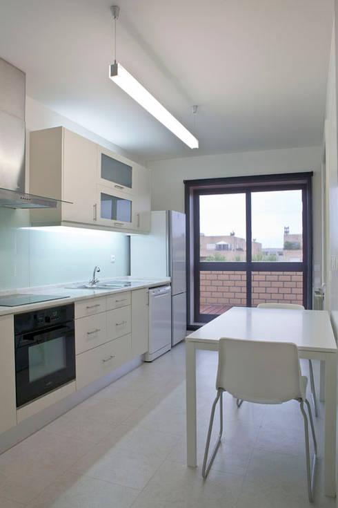 APARTAMENTO VdC01 - Remodelação: Cozinhas ecléticas por A2OFFICE