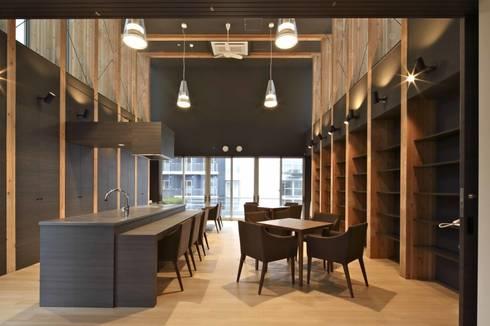 センターハウス ラウンジ: 株式会社ヨシダデザインワークショップが手掛けたリビングです。