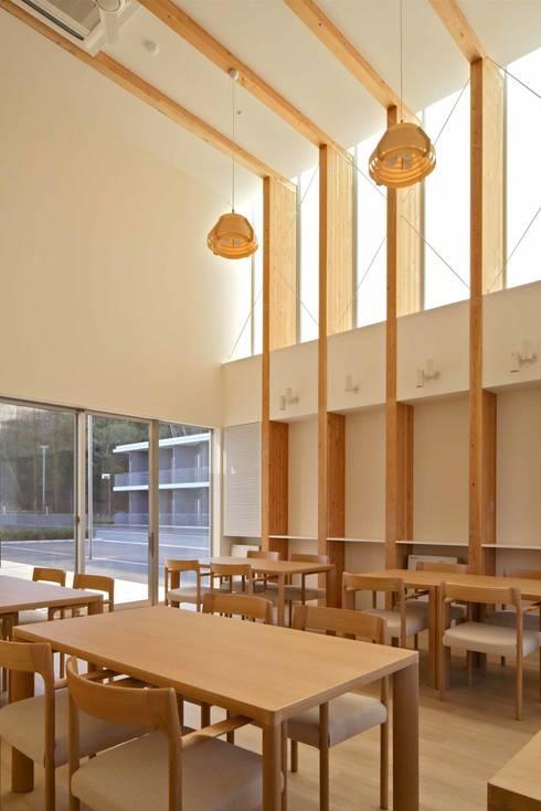 センターハウス食堂: 株式会社ヨシダデザインワークショップが手掛けたダイニングです。