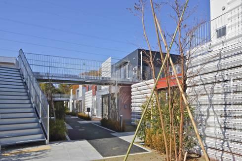 外部通路「下の路地」: 株式会社ヨシダデザインワークショップが手掛けた家です。