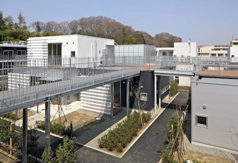 空中歩廊「上の路地」: 株式会社ヨシダデザインワークショップが手掛けた廊下 & 玄関です。
