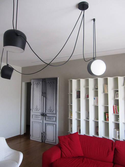 parete del living: Soggiorno in stile in stile Moderno di studio radicediuno