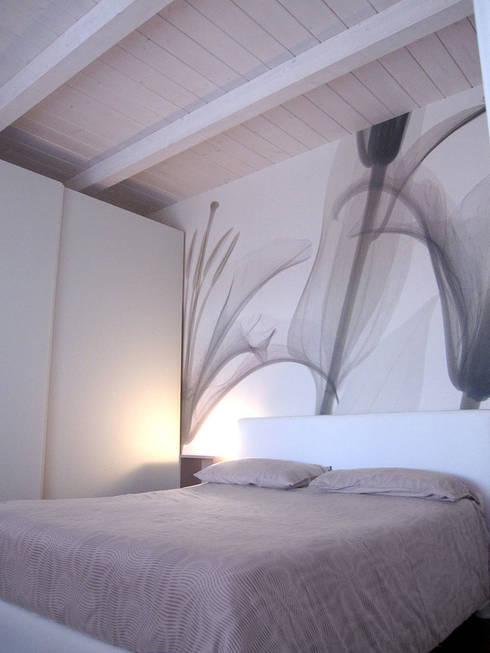 camera matrimoniale: Camera da letto in stile  di studio radicediuno