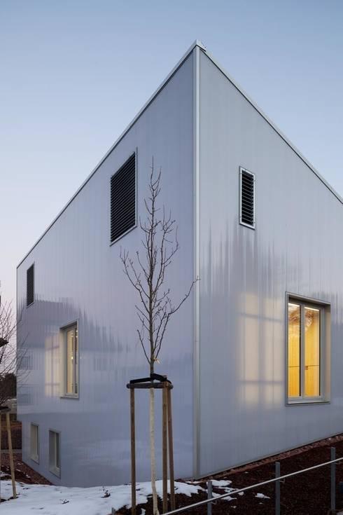 Polycarbonatfassade abends mit durchscheinenden Fenstern:  Veranstaltungsorte von AAg Loebner Schäfer Weber BDA