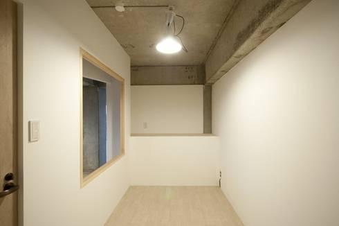 Tk さんのためのアパート: kurosawa kawara-tenが手掛けた寝室です。