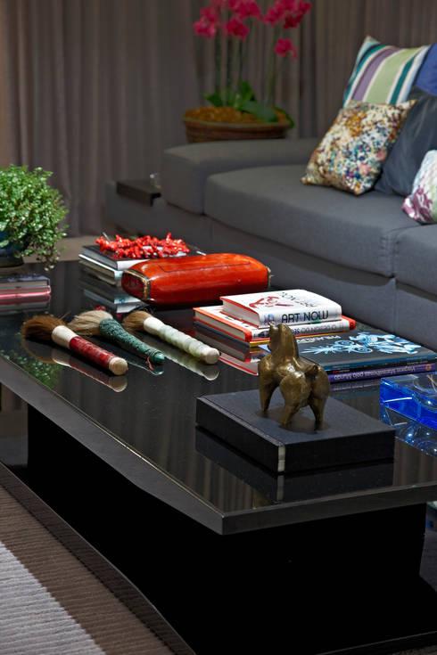 Mesa Colorida: Sala de estar  por Andréa Buratto Arquitetura & Decoração