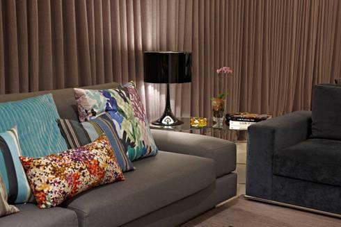 Alta costura na Sala: Sala de estar  por Andréa Buratto Arquitetura & Decoração