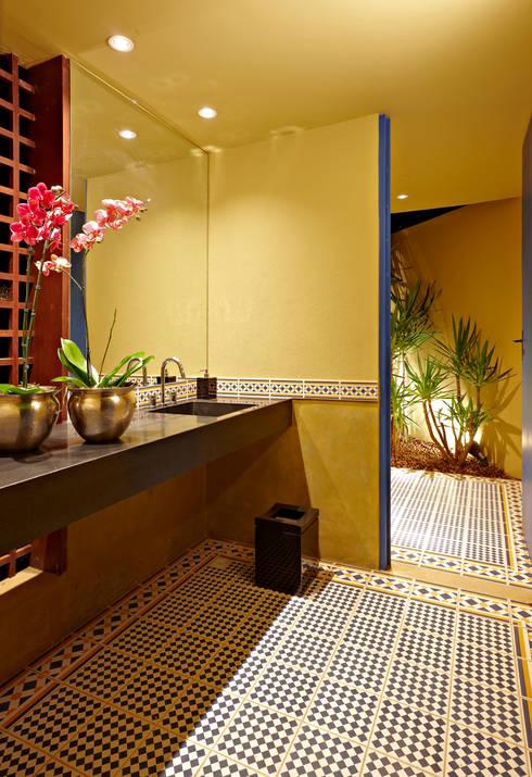 Haras Sahara: Banheiro  por Anaíne Vieira Pitchon Arquitetura e Interiores