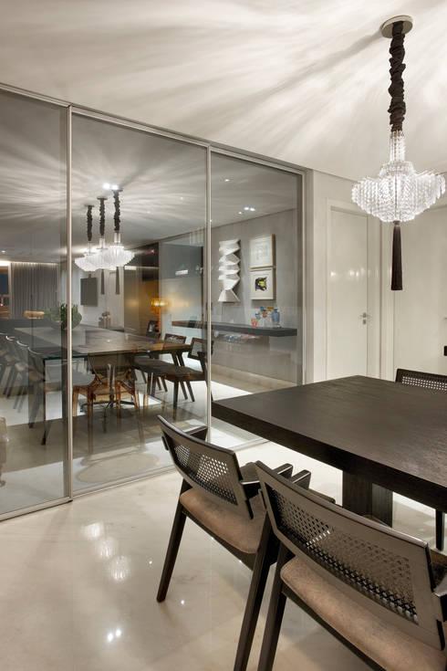 Divisória para escritório Integrado: Sala de jantar  por Andréa Buratto Arquitetura & Decoração