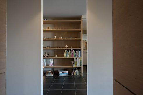 K さんのためのアパート: kurosawa kawara-tenが手掛けた廊下 & 玄関です。