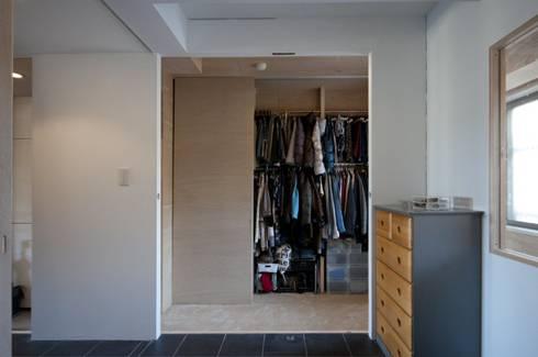 K さんのためのアパート: kurosawa kawara-tenが手掛けた寝室です。