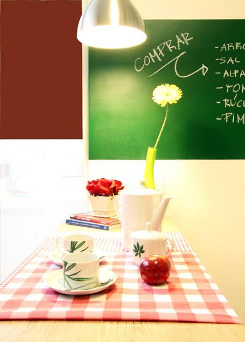 Cozinha Vermelha: Cozinha  por Red Studio