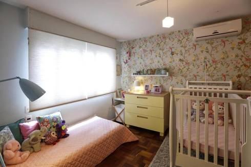Dormitório menina: Quarto infantil  por Red Studio
