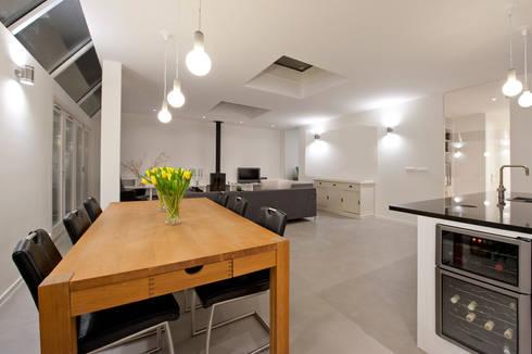 Van garage naar woonstudio: moderne Eetkamer door Het Ontwerphuis