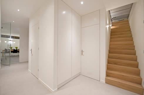 Van garage naar woonstudio: moderne Gang, hal & trappenhuis door Het Ontwerphuis