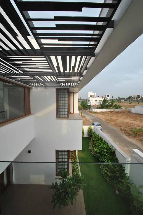 Mr & Mrs Pannerselvam's Residence:  Terrace by Muraliarchitects