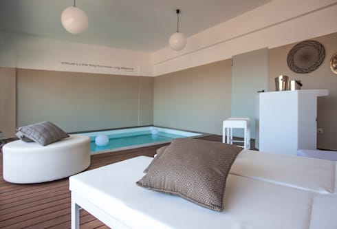 Piscina Interior, Setubal: Piscinas modernas por ÀS DUAS POR TRÊS