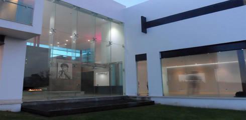 Casa Las Cumbres: Jardines de estilo ecléctico por STUDIO ALMEIDA DESIGN