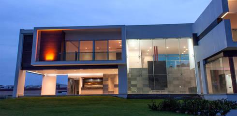 Casa Las Cumbres: Casas de estilo ecléctico por STUDIO ALMEIDA DESIGN