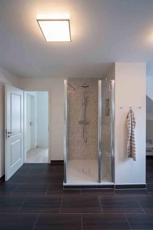 Wohnhaus Dresden: moderne Badezimmer von SK innenarchitektur