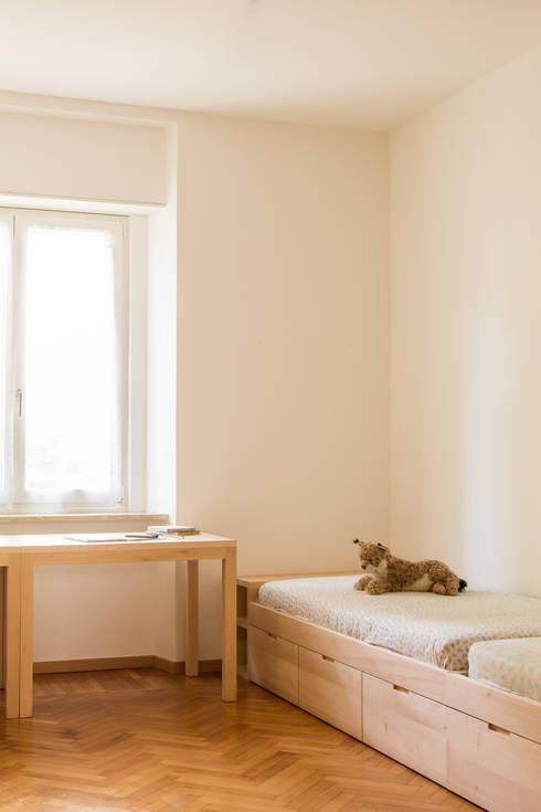 House FK: Stanza dei bambini in stile  di Manuel Benedikter Architekt