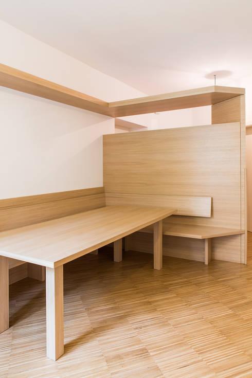 House FK: Sala da pranzo in stile  di Manuel Benedikter Architekt